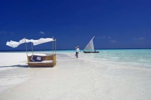 baros-maldives_sandbank-waiter_hr
