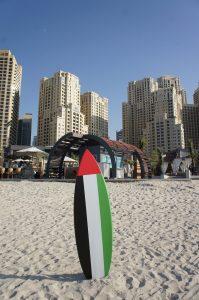 Surfboard am Strand von Dubai