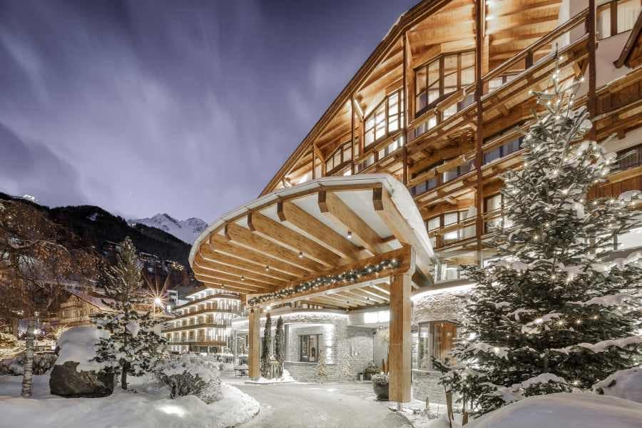 Das Hotel Central in Sölden im Schnee mit Weihnachtsdekoration